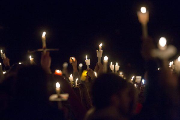Gente asiste a un velorio en el parque Mike Miller en Benton, Kentucky, 25 de enero de 2018 por las víctimas del tiroteo en la escuela secundaria del condado de Marshall (Ryan Hermens/The Paducah Sun via AP)