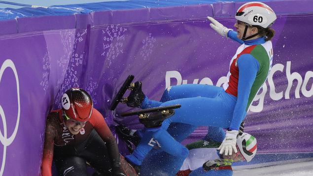 Corea del Sur gana ruda carrera de patinaje en pista corta