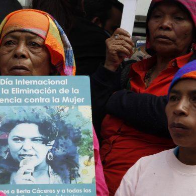 Familiares, amigos y activistas se reúnen frente a la procuraduría para exigir justicia por el asesinato de la ambientalista Berta Cáceres, en Tegucigalpa, Honduras, el viernes 2 de marzo de 2018. (AP Foto/Fernando Antonio)