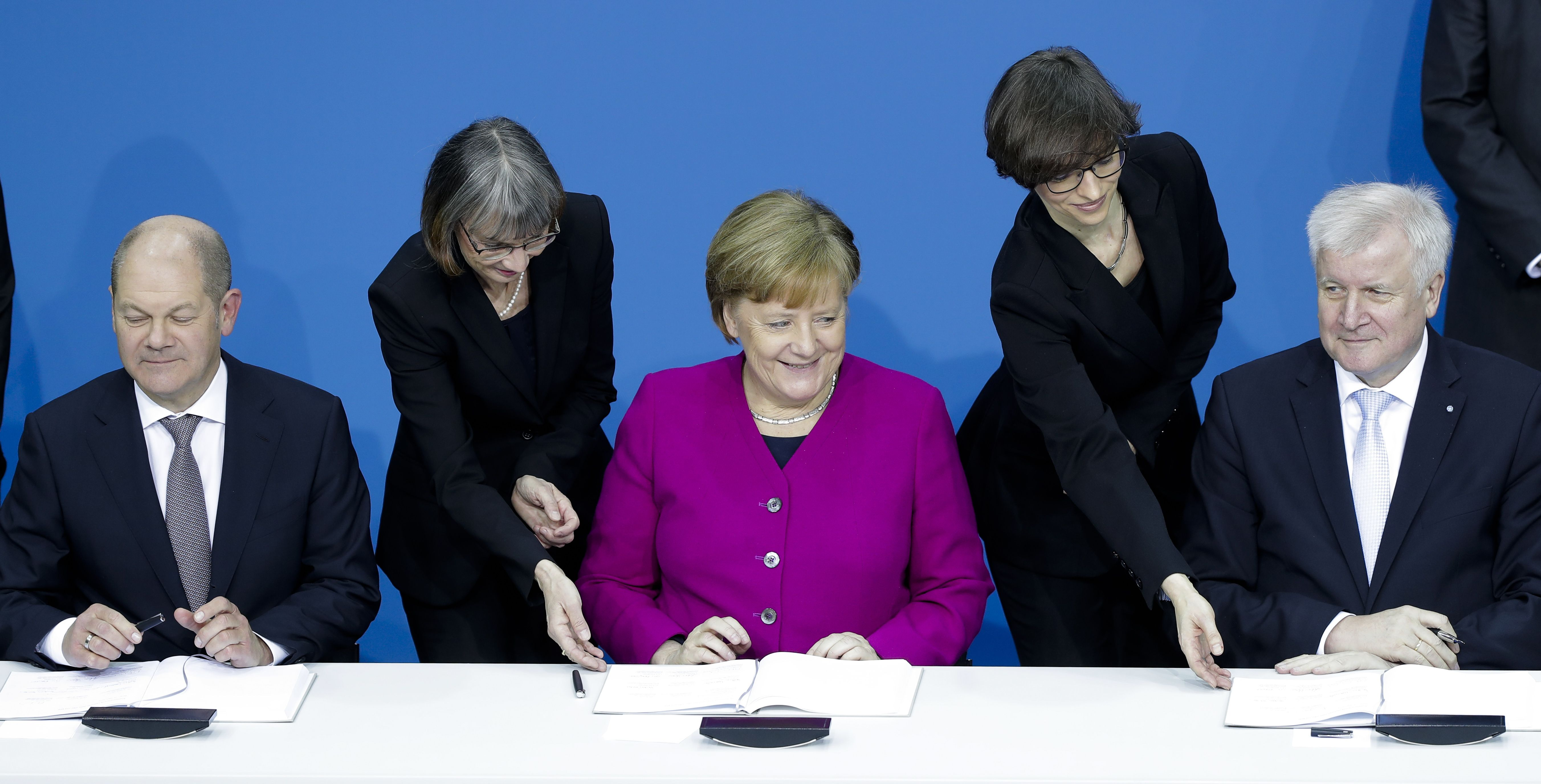 Merkel y los socialdemócratas firmaron un acuerdo para un gobierno de coalición