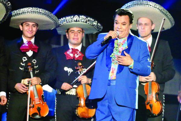 En esta foto del 28 de abril del 2016, el cantante y compositor mexicano Juan Gabriel se presenta en la ceremonia de los Premios Billboard de la M˙sica Latina en Coral Gables, Florida. Juan Gabriel muriÛ el domingo 28 de agosto del 2016, informÛ su oficina de prensa. TenÌa 66 aÒos. (AP Foto/Wilfredo Lee, Archivo)