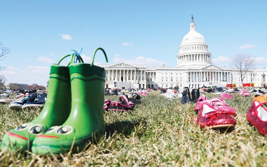 Colocan 7 mil pares de zapatos en el Congreso