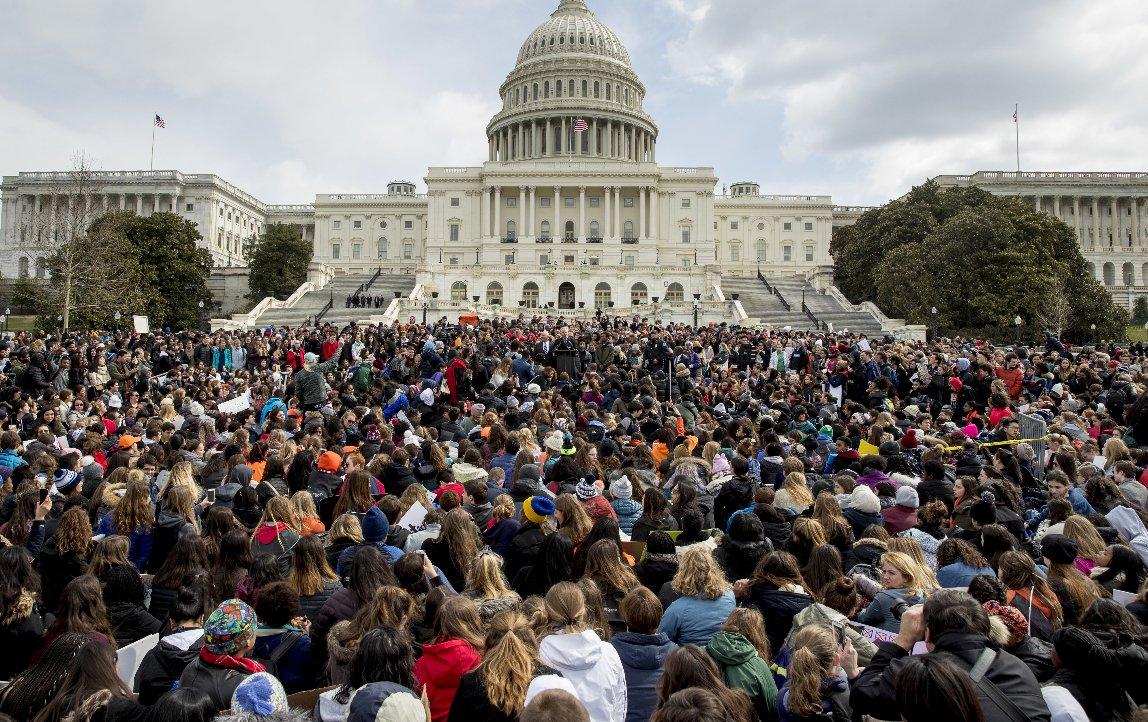 Miles de jóvenes protestaron contra la violencia de armas