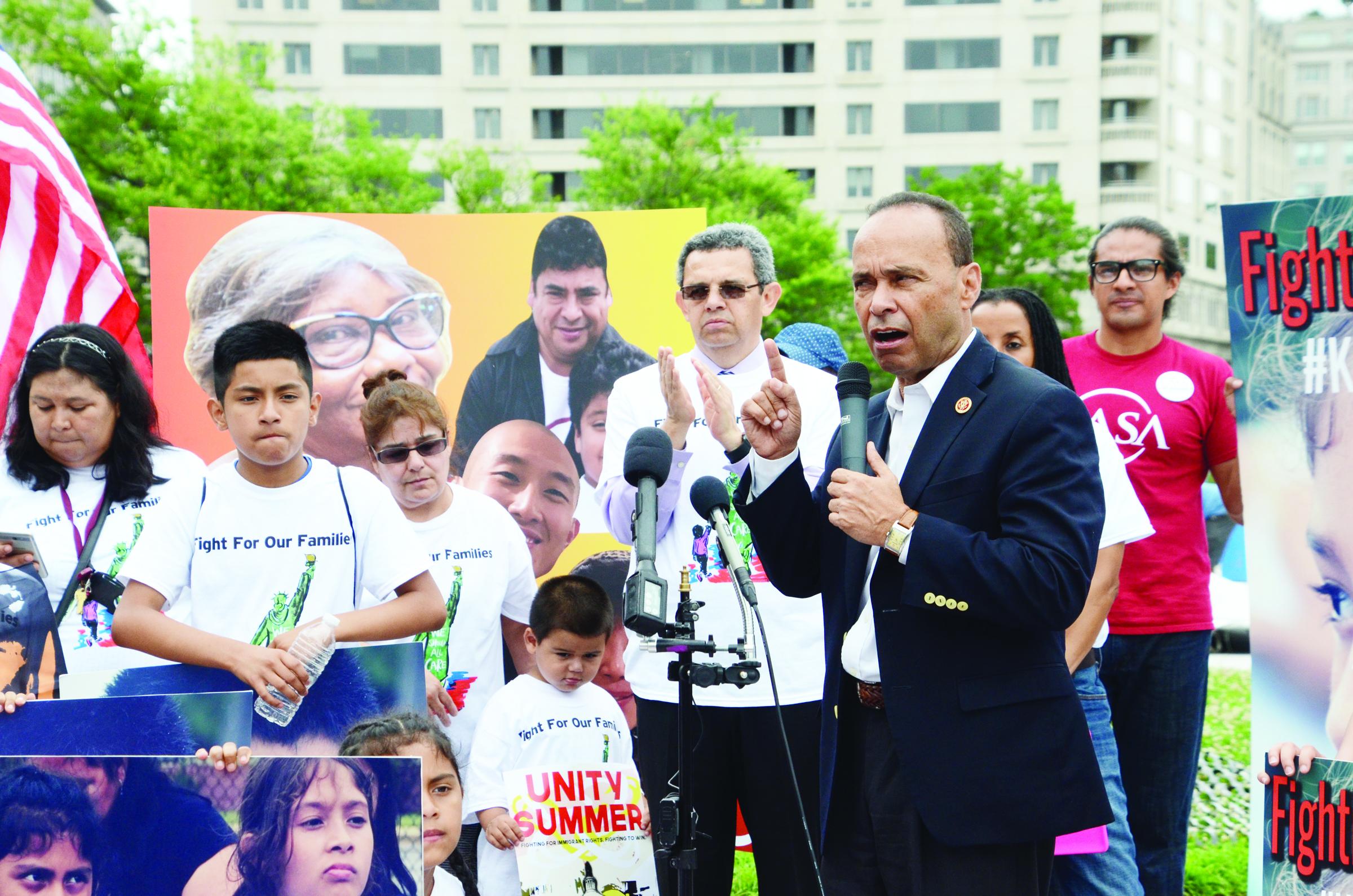 """Luis Gutiérrez:  """"Todos esos niños deben  volver con sus padres"""""""