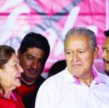 El candidato presidencial oficialista Salvador S·nchez CerÈn, del FMLN, conversa con su esposa Margarita Villalta durante un acto en San Salvador, 2 de febrero de 2014. CerÈn del oficialista ganÛ las votaciones del domingo, pero sin lograr la mitad m·s uno de los votos y tendr· que enfrentarse en una segunda ronda electoral al derechista Norman Quijano. (AP Foto/Esteban Felix)