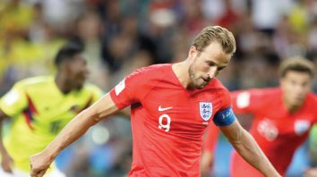 England's Harry Kane scores on a penalty the opening goal of his team during the round of 16 match between Colombia and England at the 2018 soccer World Cup in the Spartak Stadium, in Moscow, Russia, Tuesday, July 3, 2018. (AP Photo/Matthias Schrader)