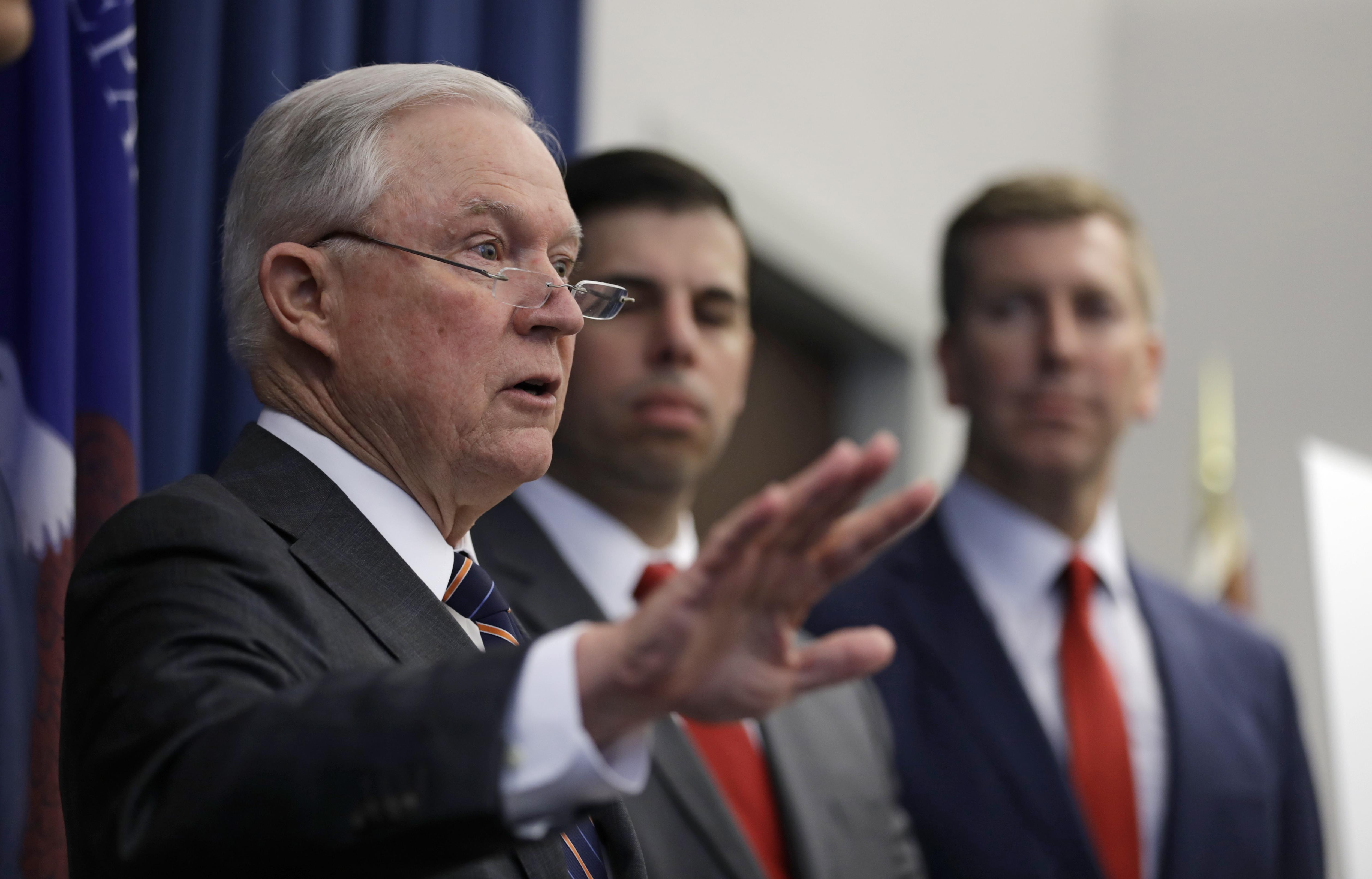 Trump y secretario de Justicia elevan el tono de su disputa