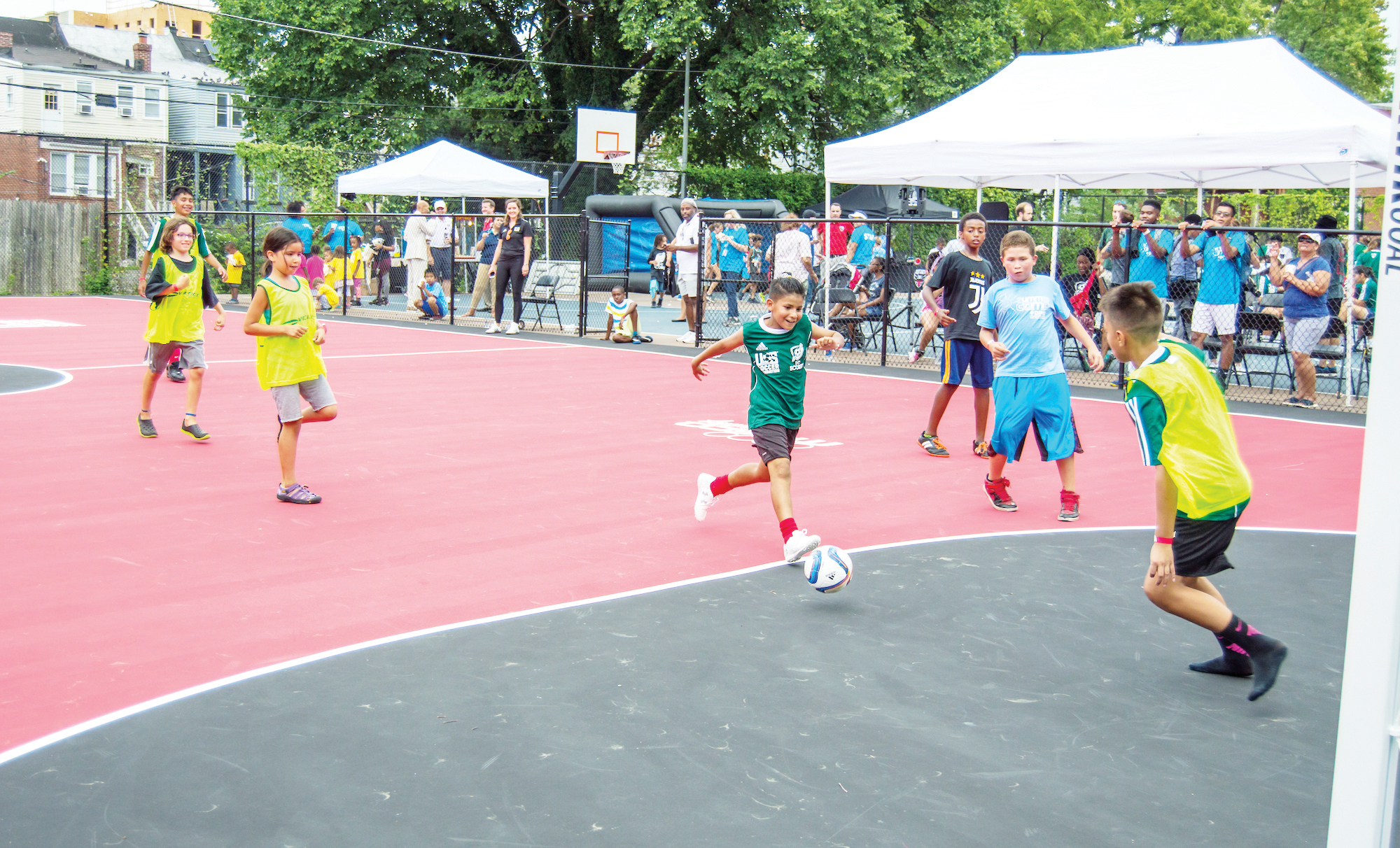 Inauguran mini campo de fútbol en Petworth