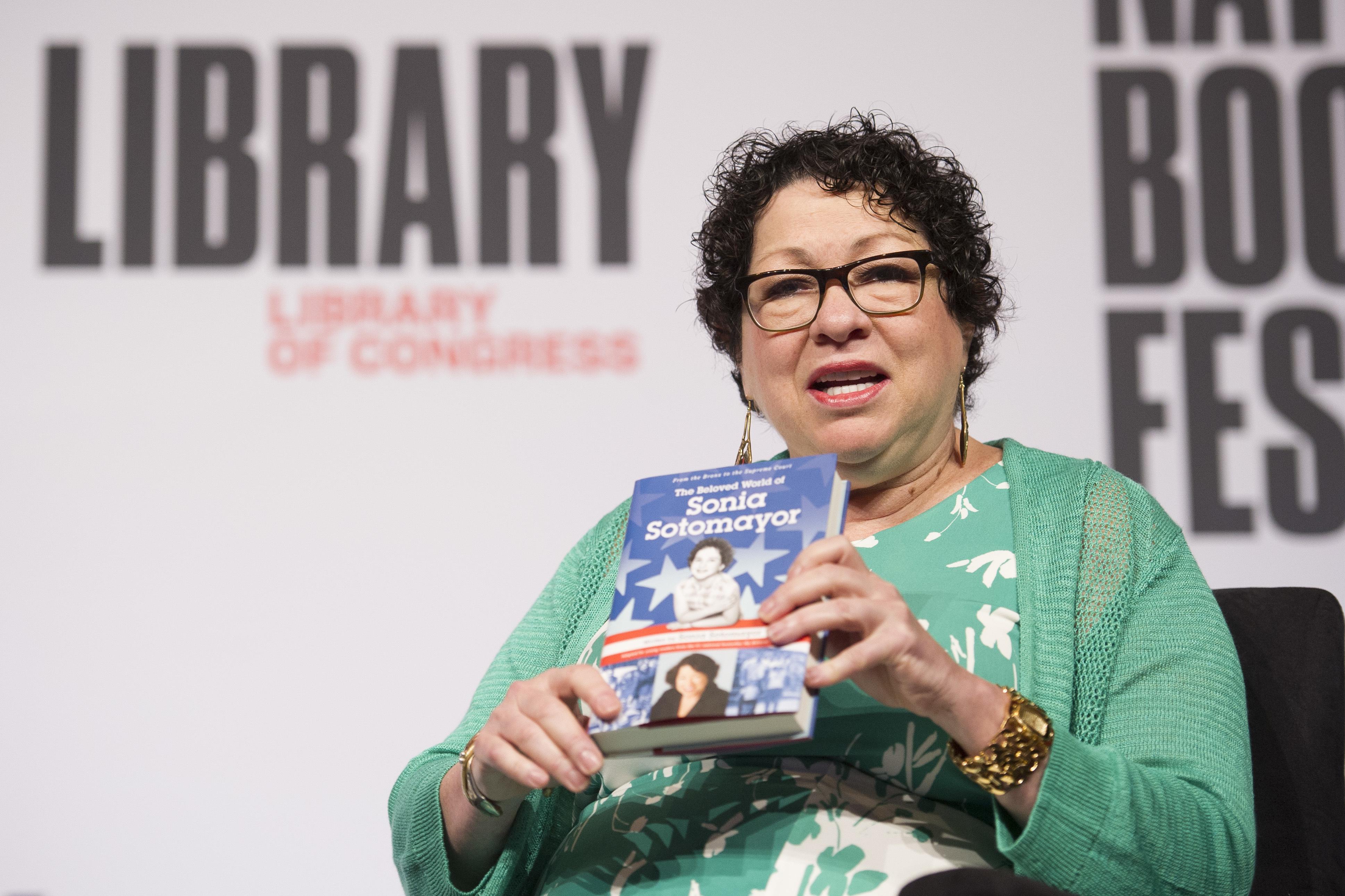 Magistrada Sotomayor presenta dos autobiografías para niños
