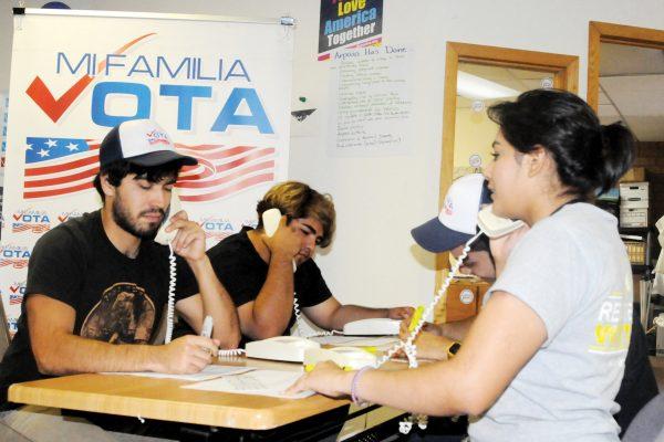 EFE/EUA CARIBE SHM13 - PHOENIX (AZ, EEUU), 02/11/2016.- Voluntarios con Mi Familia Vota llaman por telÈfono a ciudadanos latinos inst·ndoles a votar hoy, miÈrcoles 2 de noviembre 2016, en la sede de la organizaciÛn en Phoenix, Arizona. Como un ˙ltimo esfuerzo en la recta final de la campaÒa, las organizaciones One Arizona y Mi Familia Vota trabajan con toda su artillerÌa y
