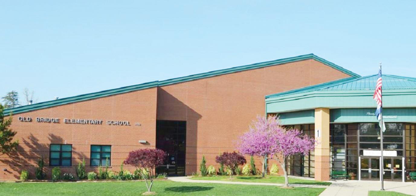 Ex oficiales armados en escuelas de VA