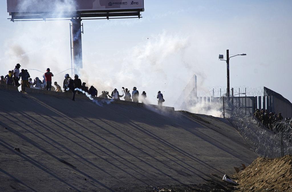 Arrojan gas a migrantes que intentan cruzar hacia EEUU