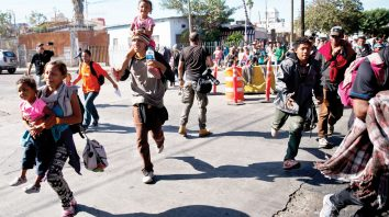 Migrantes-corren-en-El-Chaparral-Tijuana