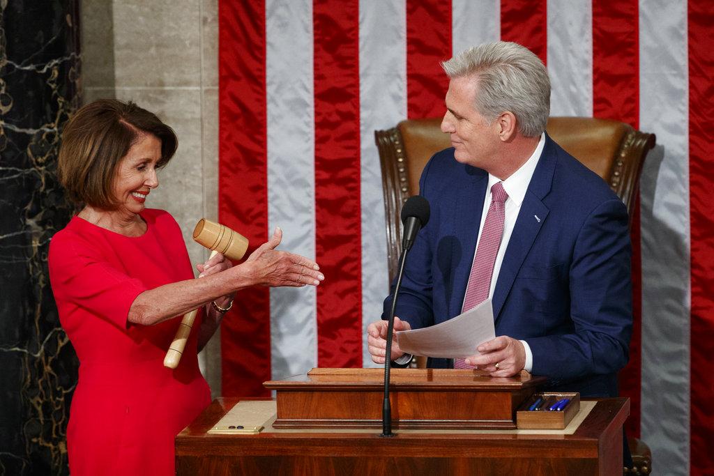 """Pelosi promete """"tender la mano"""" a ambos lados de la Cámara"""