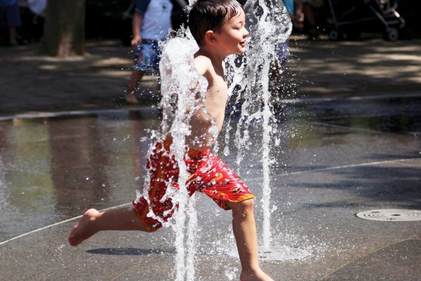 Nicholas McGrath, de 3 aÒos, juega en Nueva York el miÈrcoles, 20 de junio del 2012 ante una ola de calor. (Foto AP/Seth Wenig)