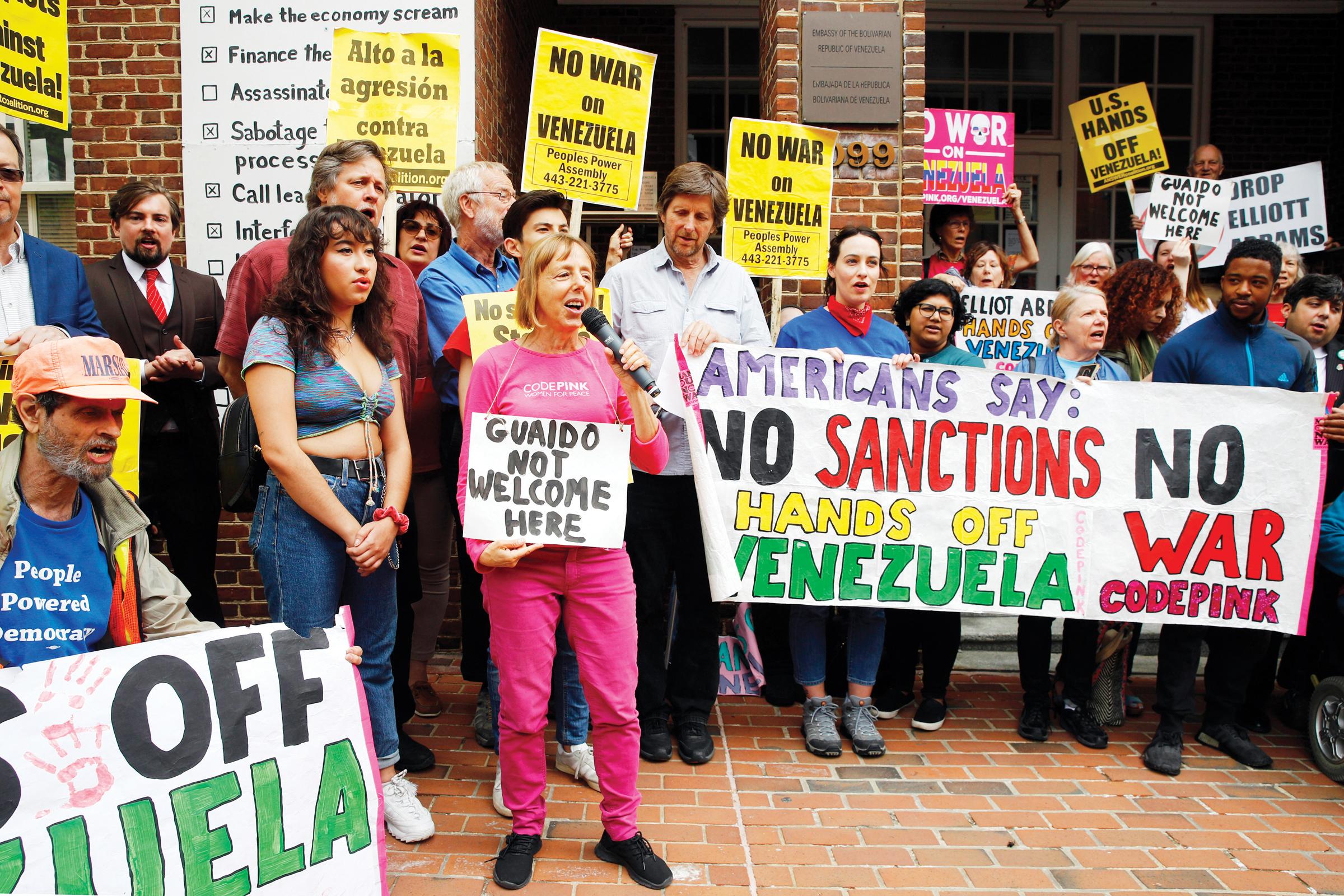 """Grupo partidario  de Maduro """"toma""""  embajada en DC"""