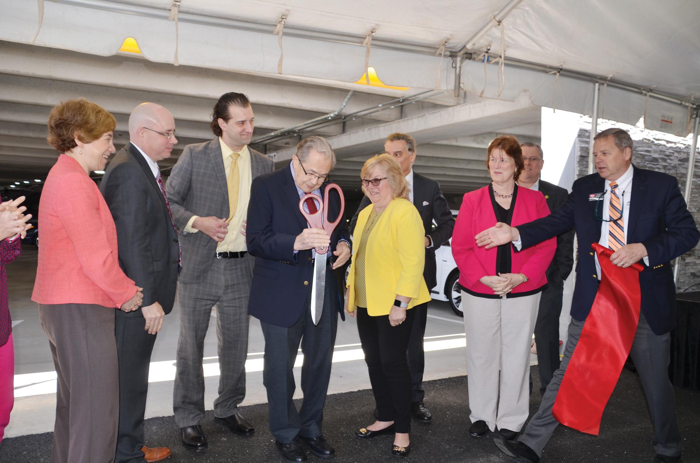 Inauguran paneles solares en Fitzgerald Auto Mall