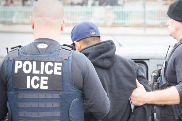Un hombre es detenido por agentes del servicio de inmigraciÛn en Los Angeles el 7 de febrero del 2017. En los ˙ltimos dÌas hubo un aumento en la detenciÛn de inmigrantes sin permiso de residencia en cumplimiento de una promesa que hizo el presidente Donald Trump durante la campaÒa electoral. (Charles Reed/U.S. Immigration and Customs Enforcement via AP)