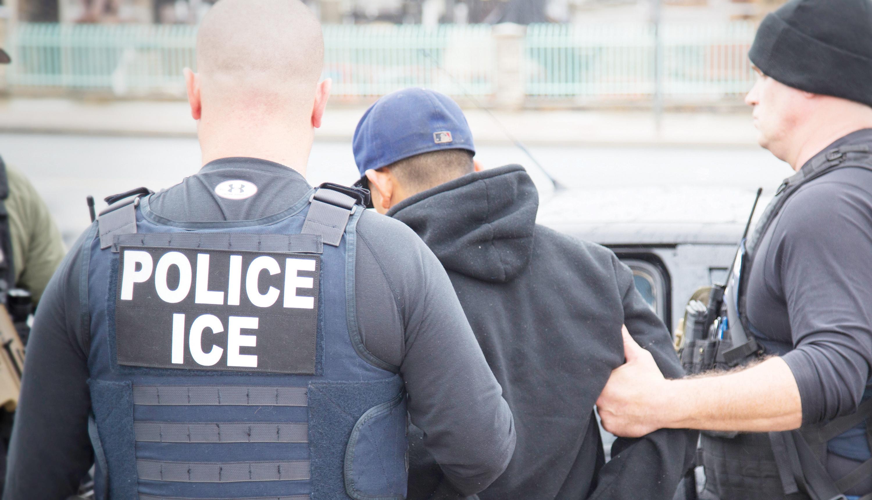 Anuncia deportación en masa de indocumentados