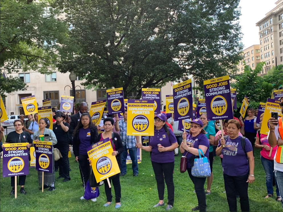 Empleados de servicio protestan en DC