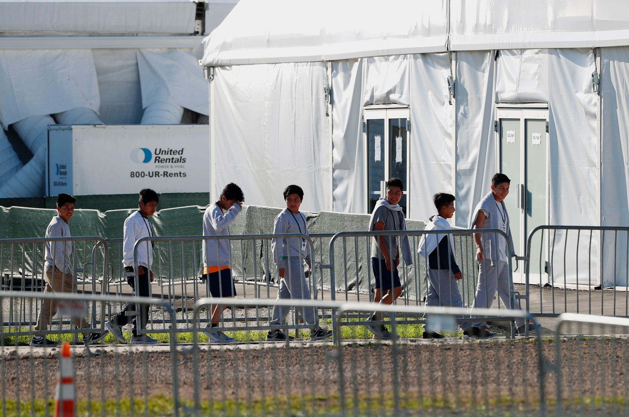 Gobierno evalúa cinco sitios para alojar a niños migrantes