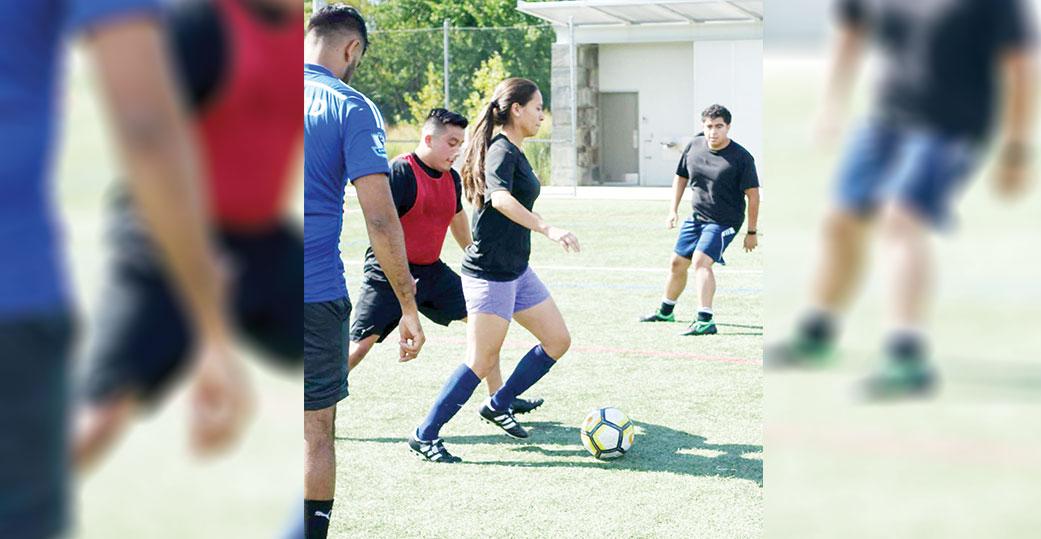 Juegan al fútbol por los jóvenes