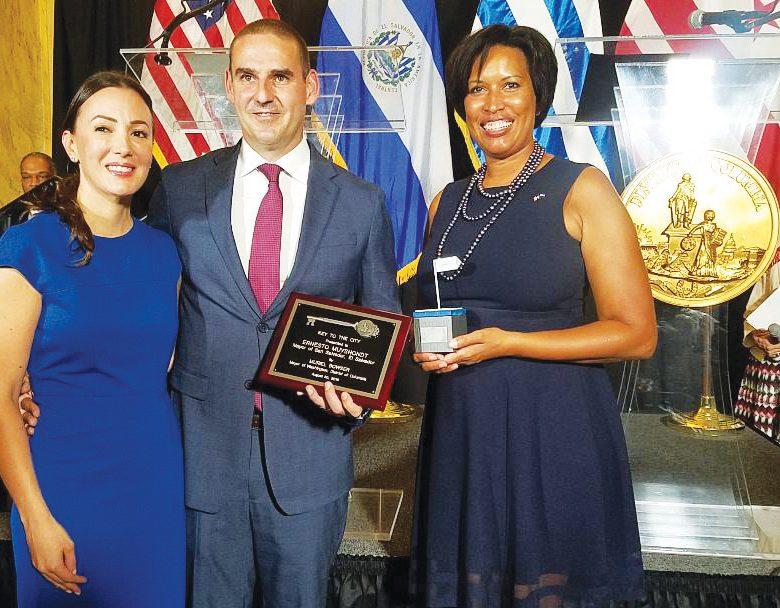 Foto-Alcalde de San Salvador y su esposa Karla-con Muriel Bowser