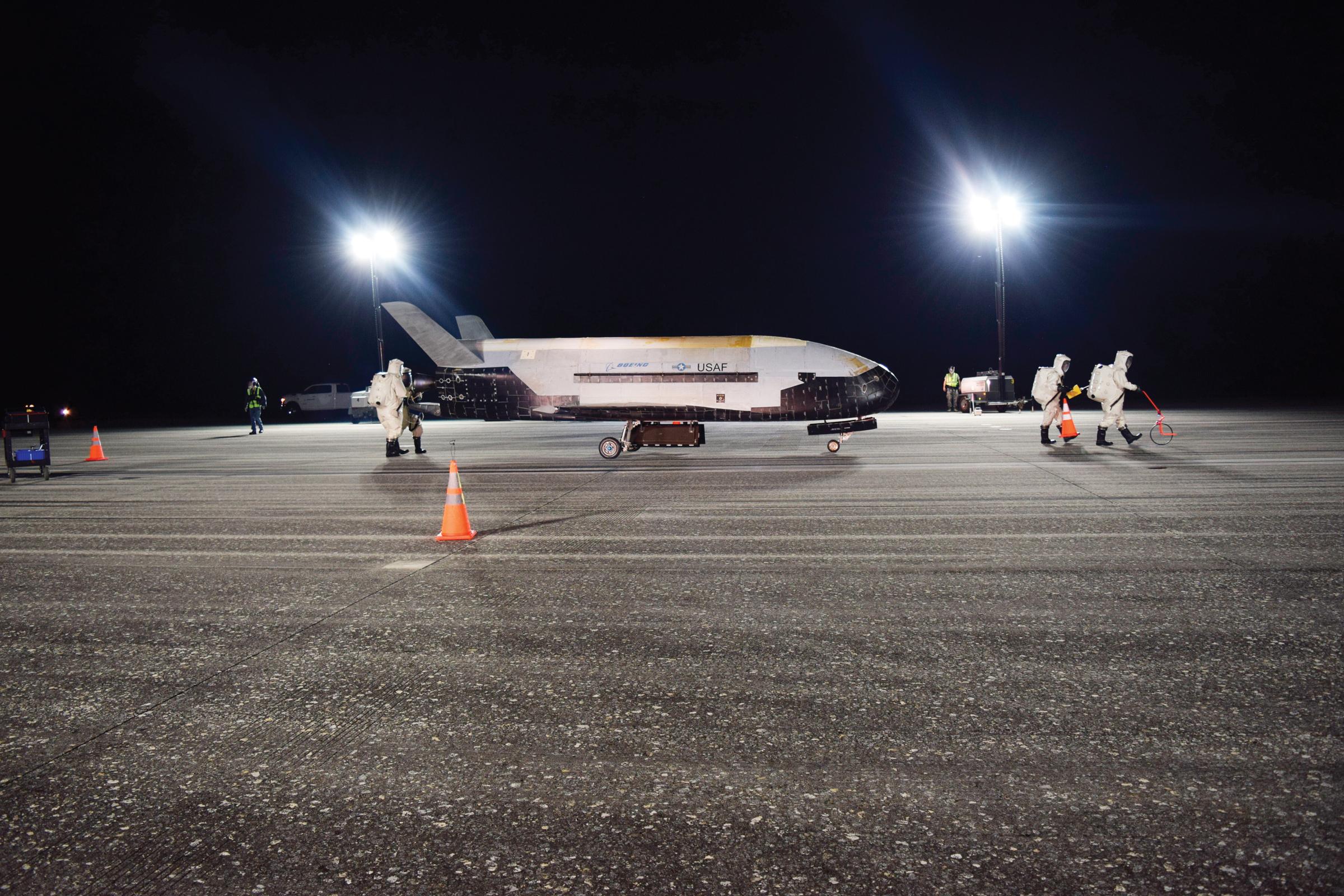 Avión aterriza en Florida tras dos años en el espacio