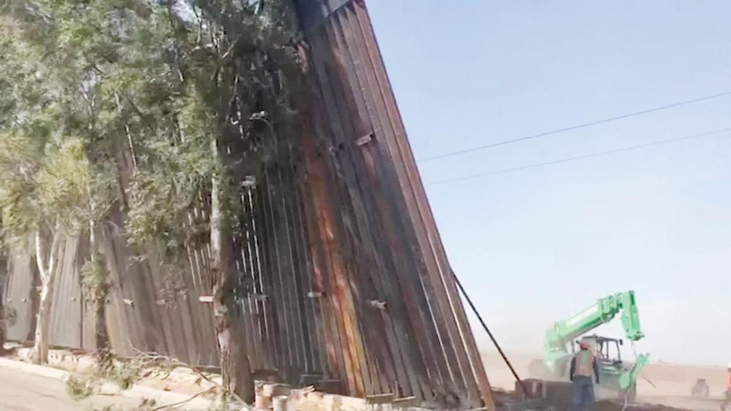 Fuertes vientos derriban parte del muro fronterizo