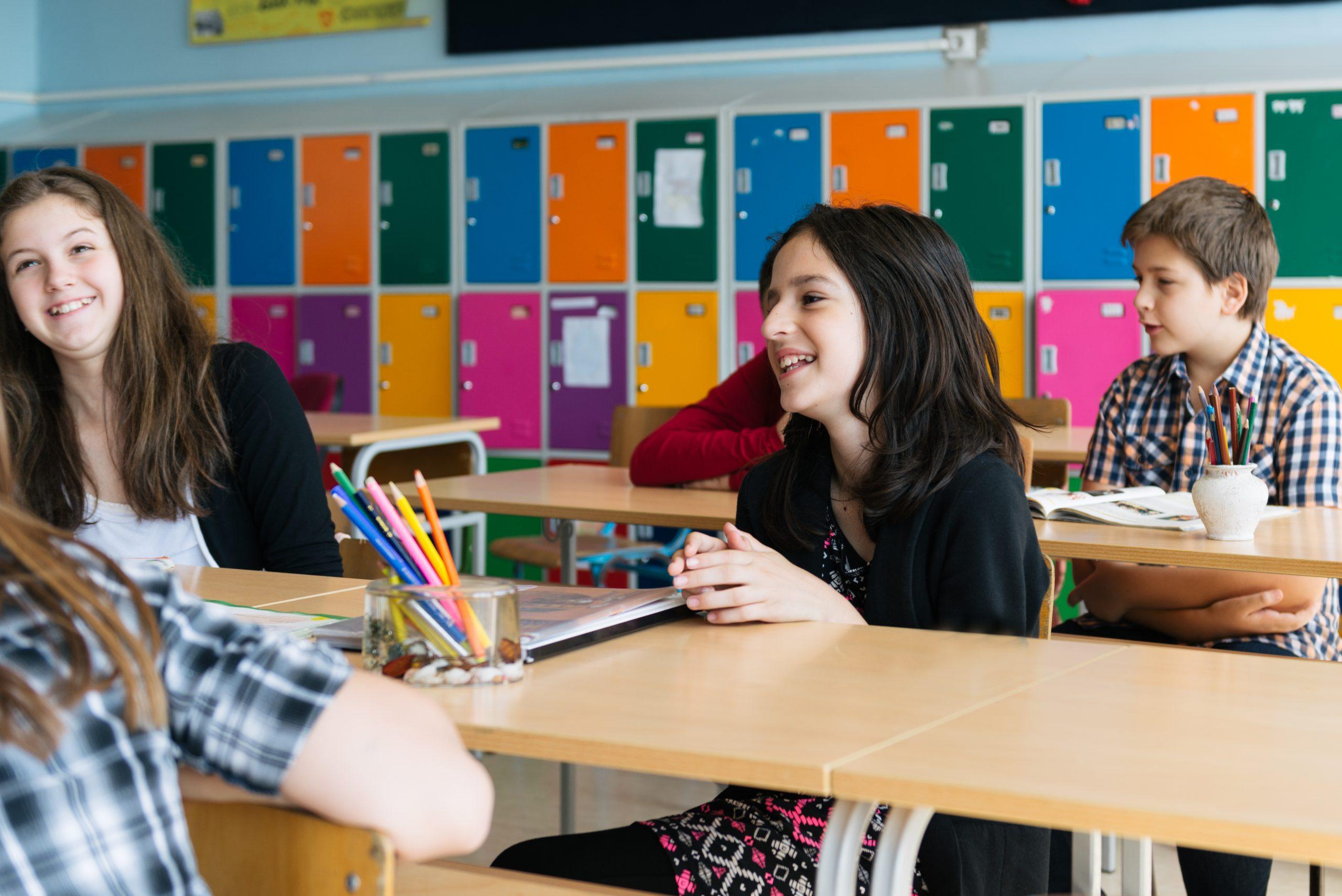 Europa reabre escuelas pese a repunte de casos de COVID-19