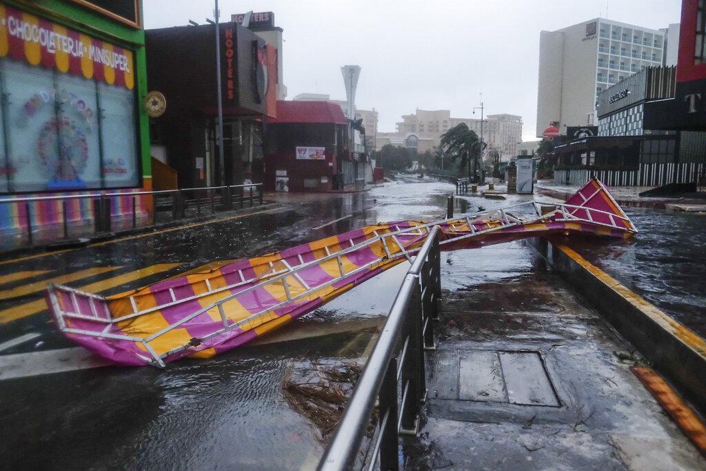 Delta toca tierra en México como huracán de categoría 2