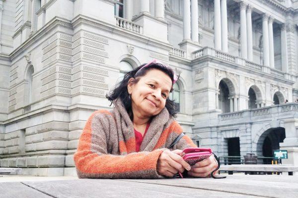 Bessy frente a la Biblioteca del Congreso