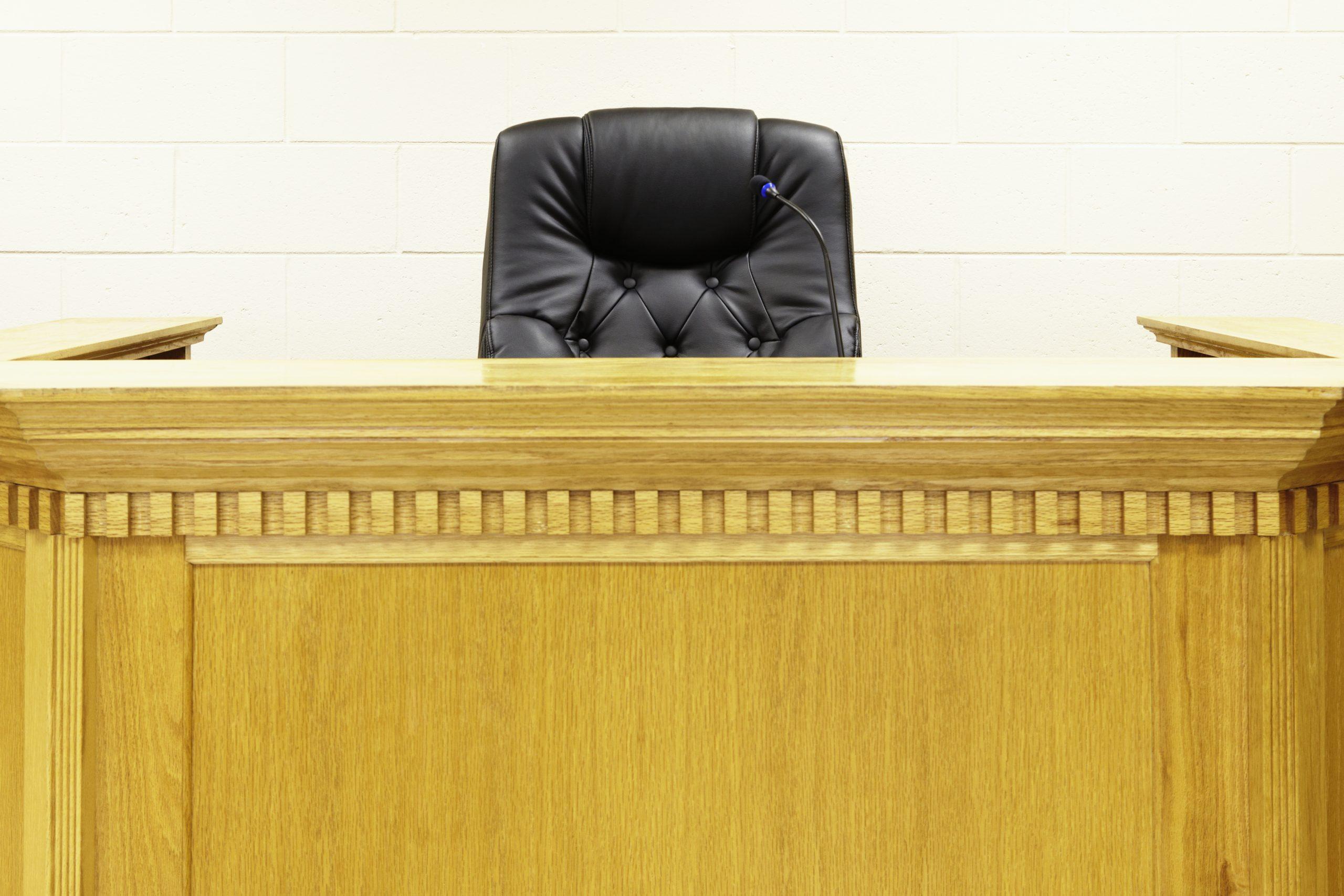 Mujer acusada de arrojar basura en la propiedad de un funcionario de ICE
