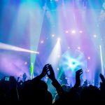 Weeknd y BTS buscan recaudar millones contra la pobreza extrema