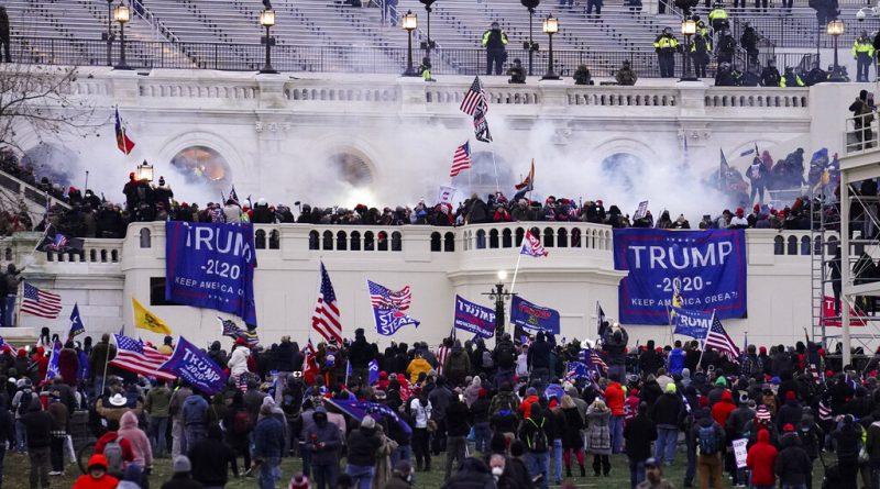 Condecoran a oficiales que defendieron al Capitolio el 6 de Enero